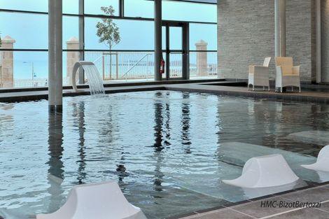 piscine intérieure vue mer - Spa Marin du Val André Thalasso Resort France Bretagne - Pléneuf-Val-André