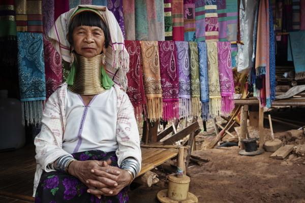 Générique - Des Temples Khmers aux femmes girafes
