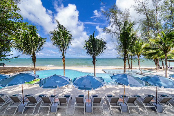 Piscine et transats - Emerald Khao Lak Beach Resort & Spa