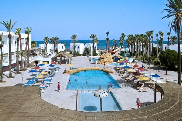 Vue panoramique piscine et plage - Ruspina